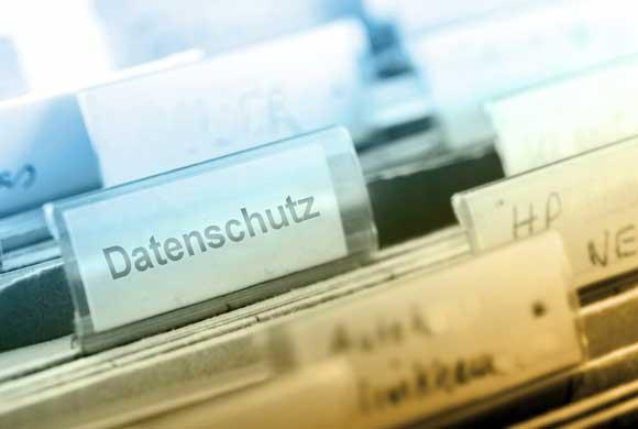 Datenschutzunterlagen mit Schild